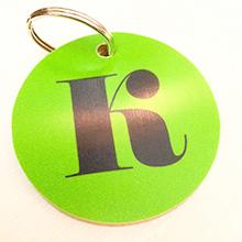 Nyckelring med bokstav i många roliga färger. Perfekt både till nycklarna  och att hänga på tex skolväskan. 76b95ea9c3a51
